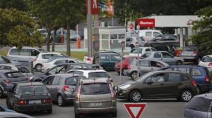 Image of cars queuing for petrol due to strikes